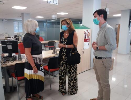 La delegada de Empleo de la Junta de Andalucía visita las oficinas SAE de Constantina.
